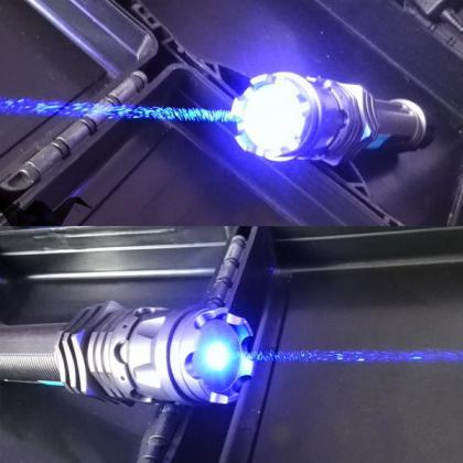 Il puntatore laser con la luce blu brillante